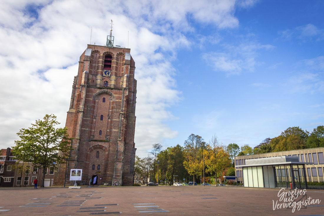 De scheve toren Oldehove op het Oldehoofsterkerkhof in Leeuwarden.