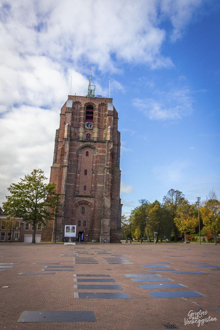 De scheve Oldehovetoren in Leeuwarden tegen een blauwe lucht