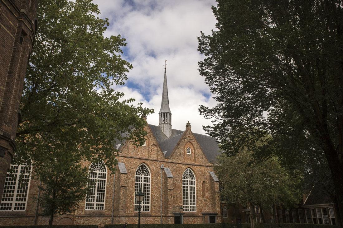 De Grote Kerk in Leeuwarden vanaf de zijkant gezien.