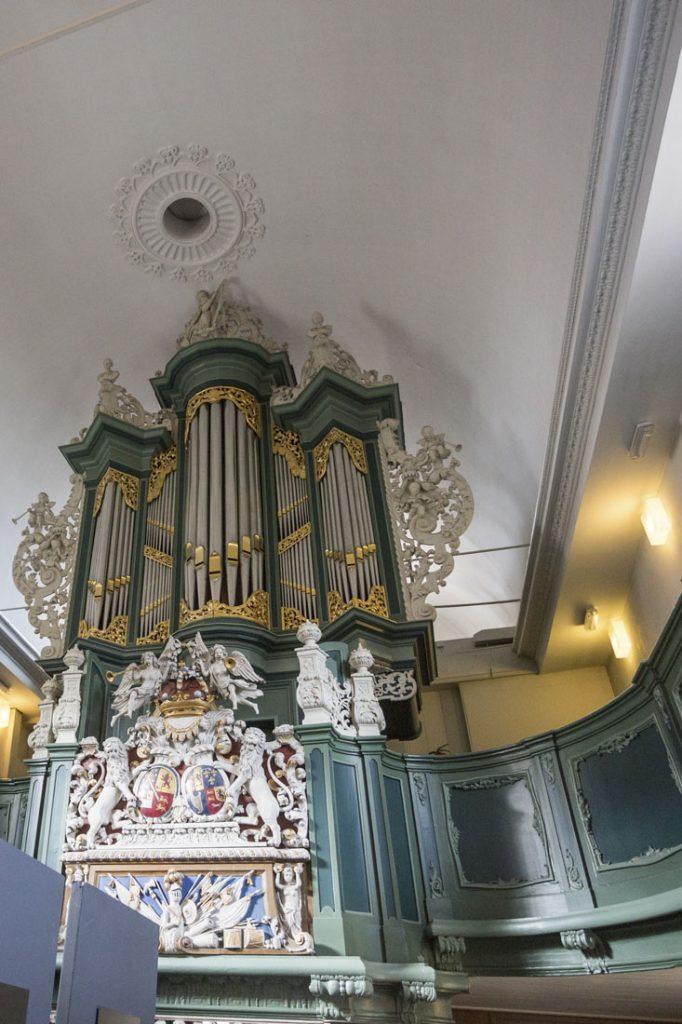 Het orgel uit 1740 in de Waalse Kerk in Leeuwarden, in groene kleuren.