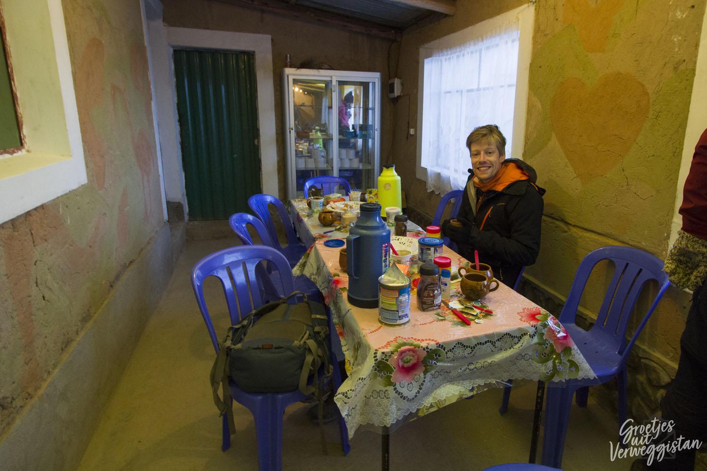 Hugo aan de ontbijttafel tijdens de jeeptour.
