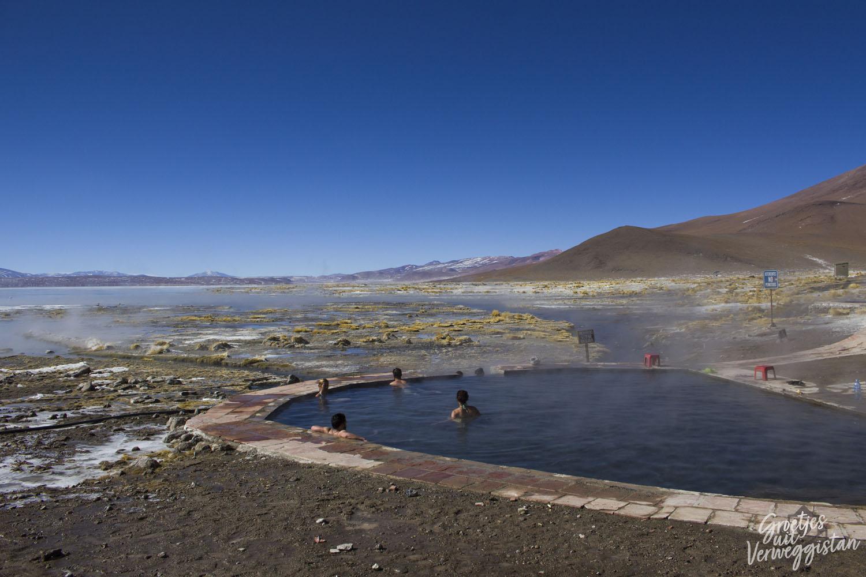 Mensen in de thermale baden tijdens de jeeptour in Bolivia.