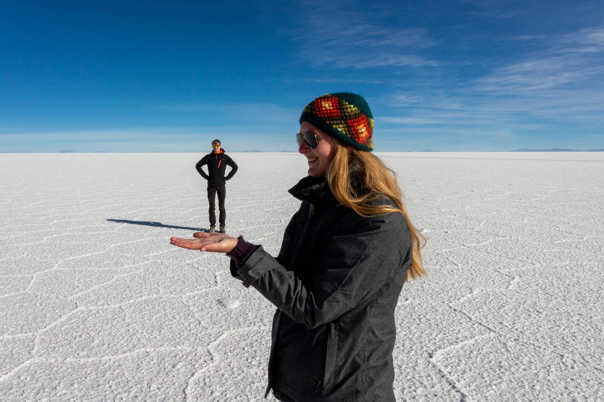 Manouk en Hugo spelen met perspectief op de witte zoutvlaktes van Salar de Uyuni.