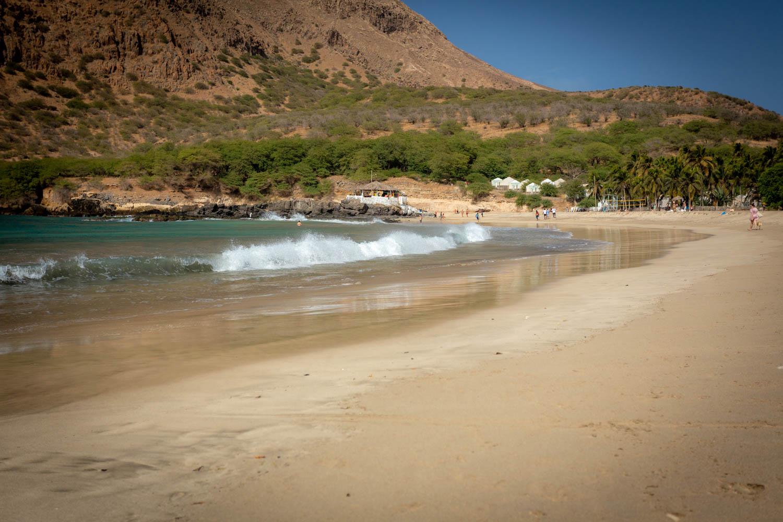 Wat te doen op Santiago in Kaapverdië: het witte zandstrand van Tarrafal met brekende golven in de branding.