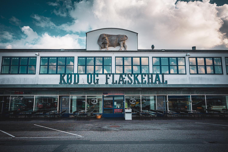 Kod od flaeskehal: typisch industrieel gebouw in het hippe Meat Packing District in Vesterbro in Kopenhagen