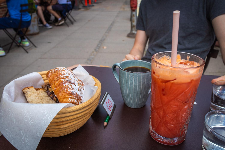 Broodjes, koffie en sap van Wulff & Konstali in Amager in Kopenhagen op een tafel.