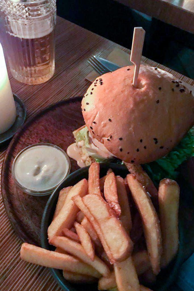 Burger en frietjes bij restaurant Souls in Kopenhagen
