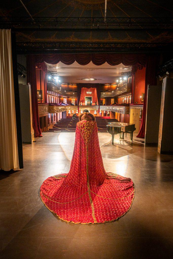Kostuum met rode mantel op het toneel van het Theatermuseum in het Hoftheater in Kopenhagen