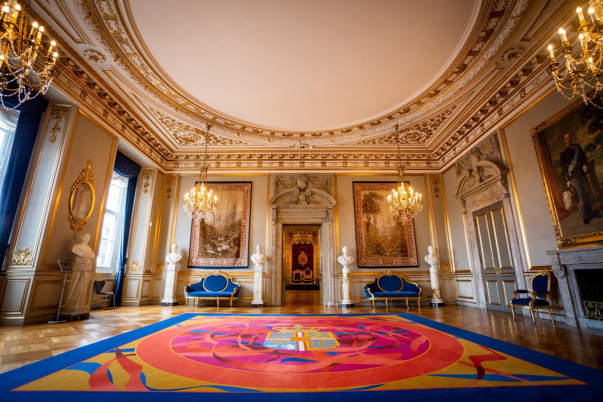 Wit met gouden kamer in de Royal Reception Rooms met doorkijk naar de Troonkamer en een gekleurd opvallend kleed