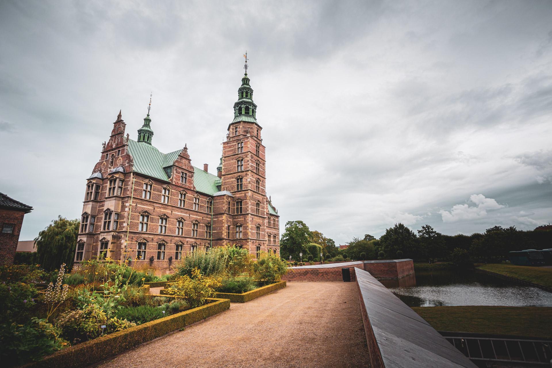 Het Rosenborg paleis in Kopenhagen vanaf de buitenzijde, met torentjes en groen dak