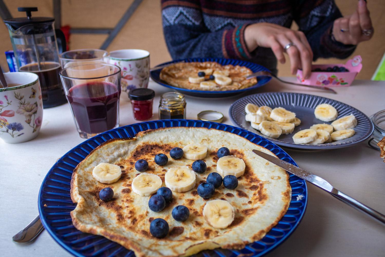 Pannenkoeken met blauwe bessen en bananen als ontbijt bij HIHAHUT