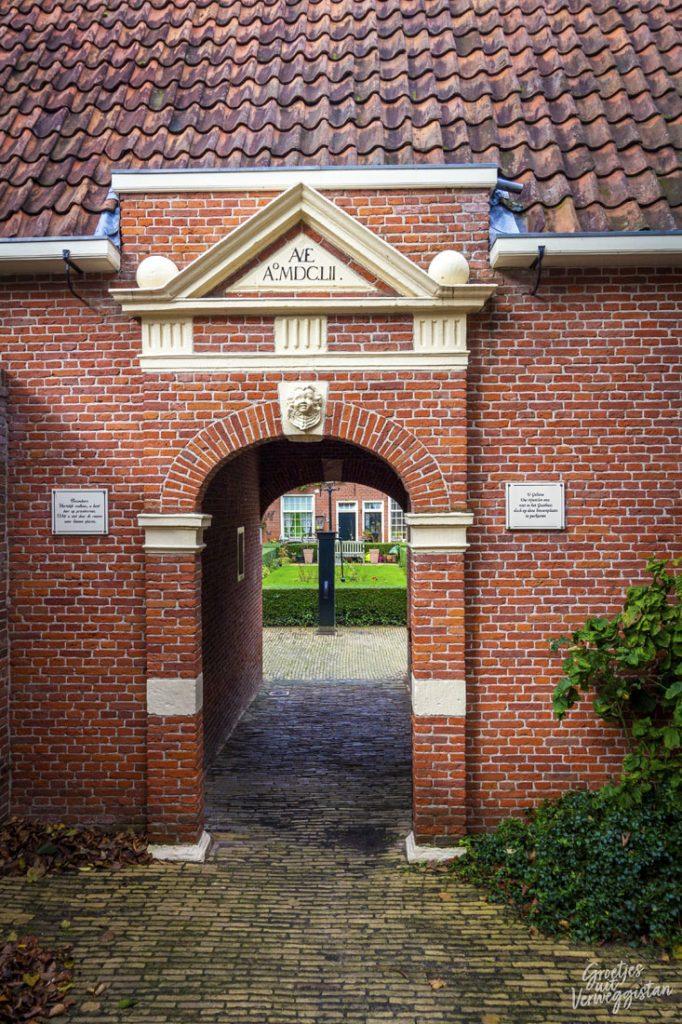 De binnenpoort van het Boshuisengasthuis in Leeuwarden met doorkijkje naar de binnenplaats