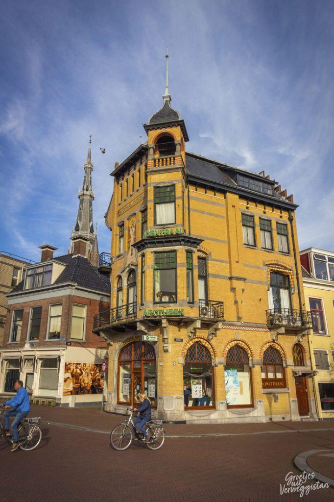 Een oude apotheek in Leeuwarden in een bijzonder gebouw