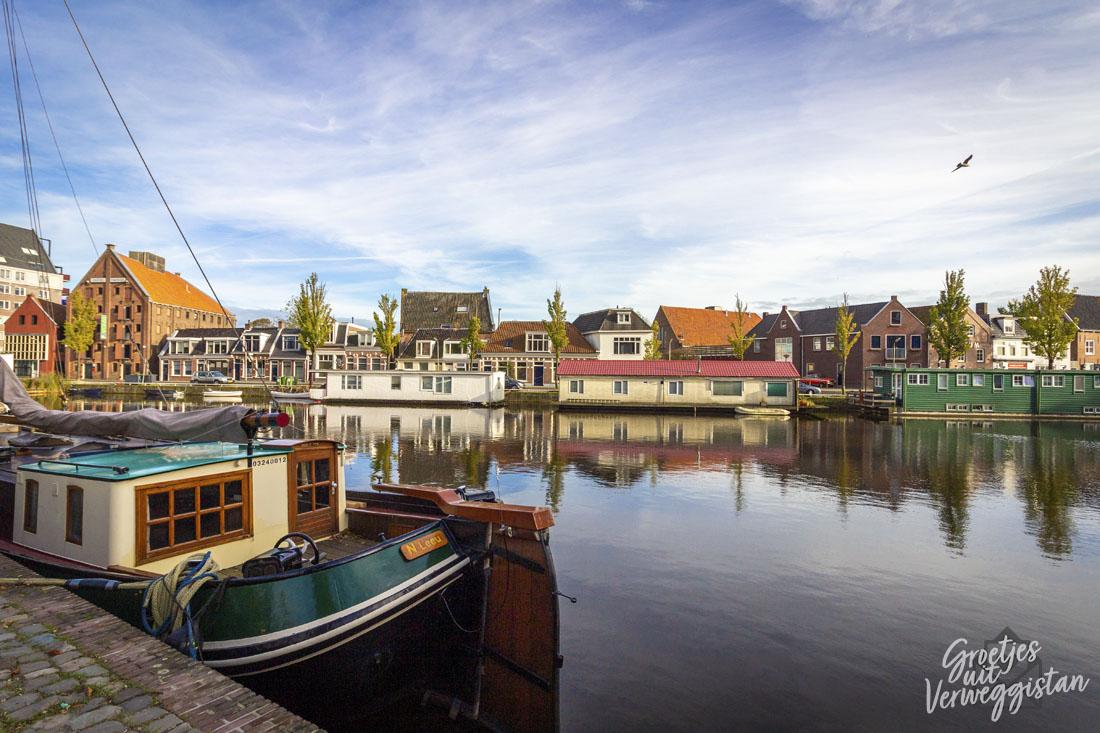 Water met bootjes in Leeuwarden in de haven