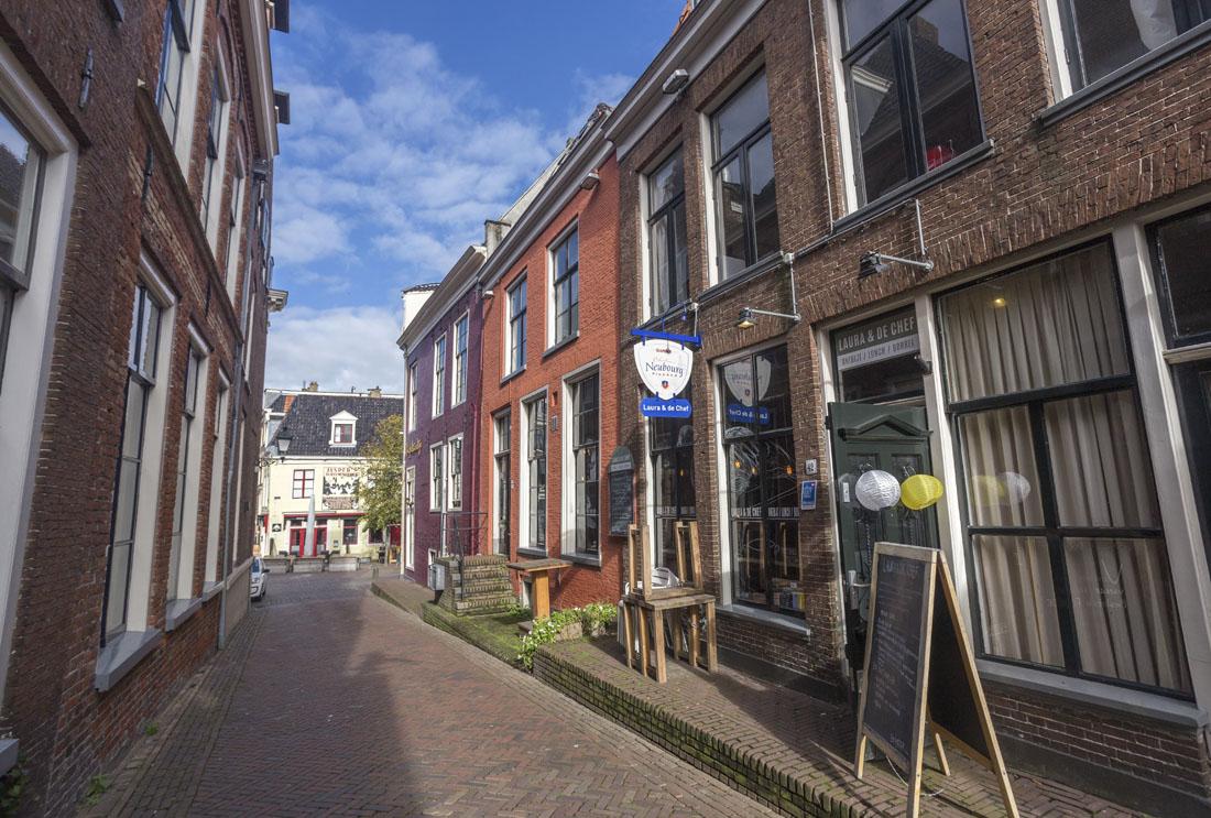 Straatje in Leeuwarden met rode en bakstenen huizen