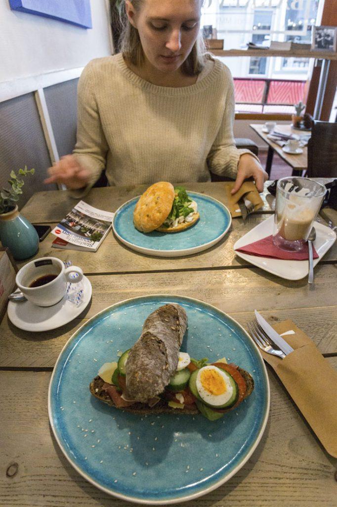 Lunch met broodjes en koffie op tafel bij Barrevoets in Leeuwarden