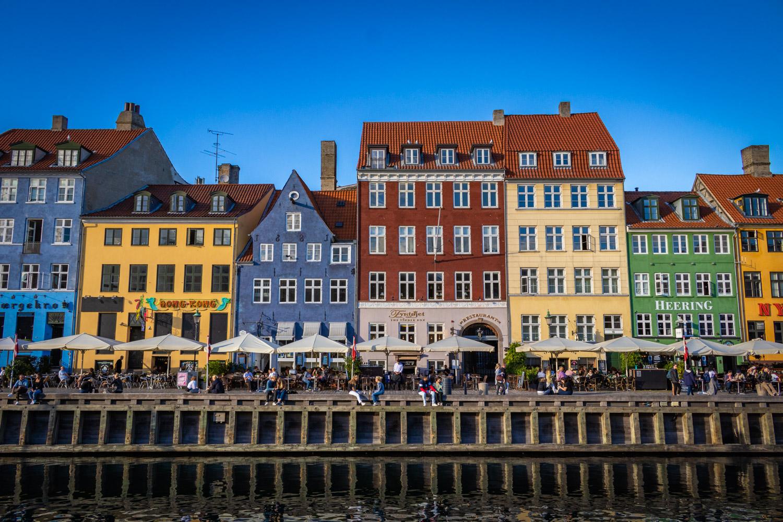 De gekleurde huizen langs het water van Nyhavn