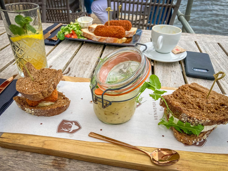 Brood met kroket, mosterdsoep en brood met geitenkaas.