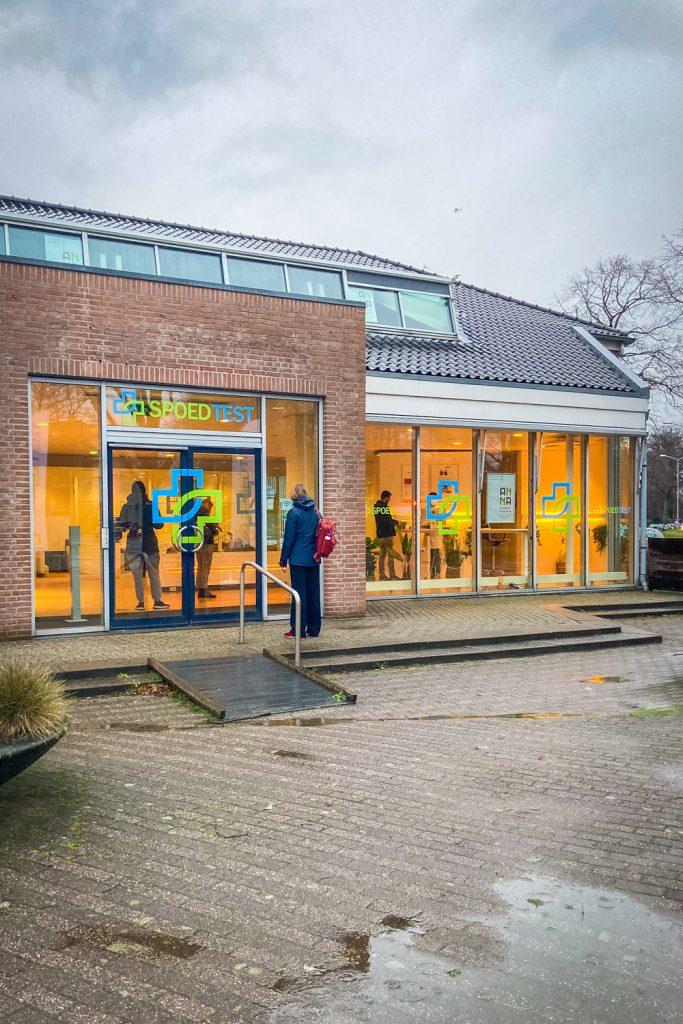 Het gebouw van Spoedtest.nl in Voorburg vanaf de voorkant gezien
