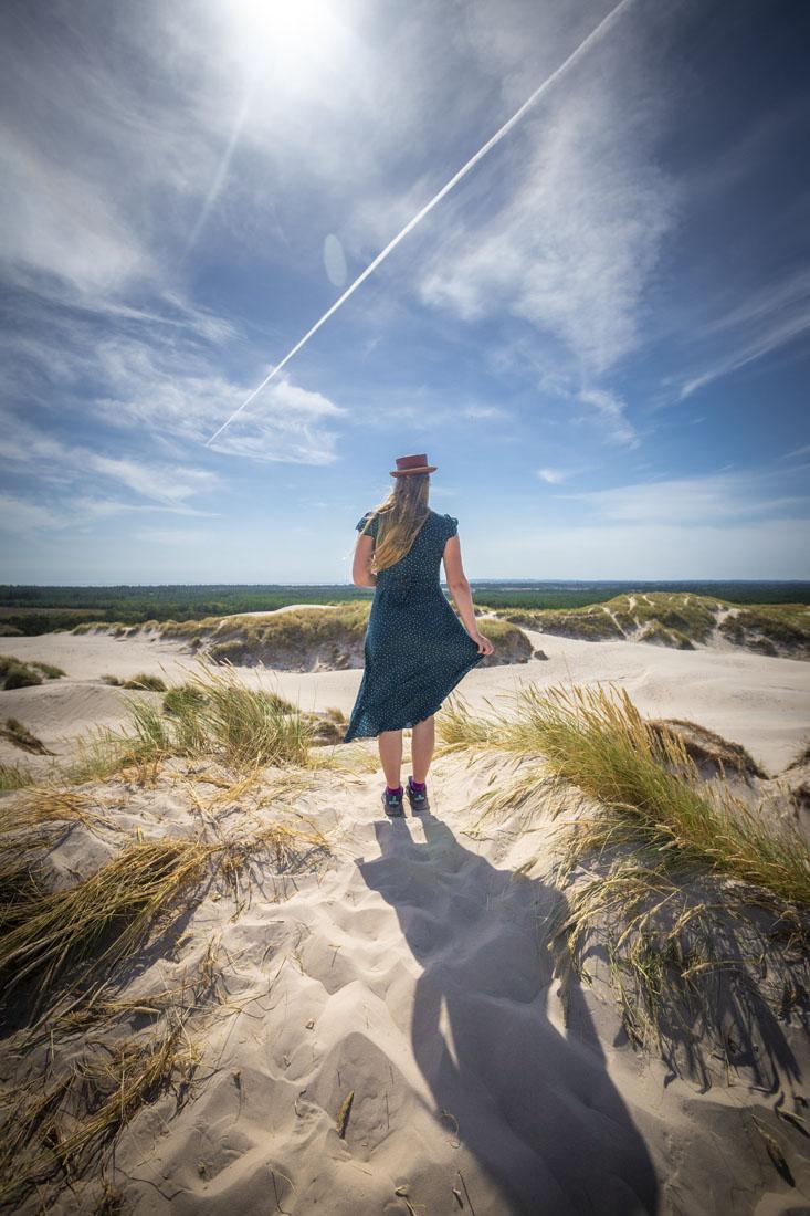 Manouk op de wandelende zandduin Rabjeg Mile in Denemarken
