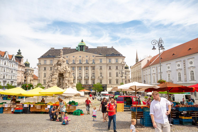 De Groentemarkt Zelny trh in Brno met de Parnasfontein en verschillende kleurrijke kramen