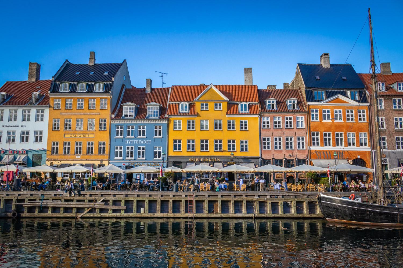 Uitzicht over de gekleurde huisjes van Nyhavn vanaf de waterkant.
