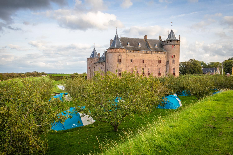 Tentjes in de boomgaard voor kasteel Muiderslot