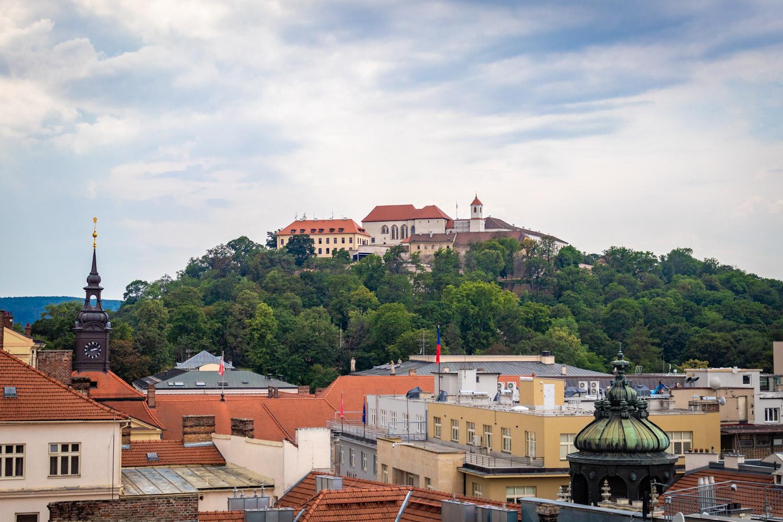 Kasteel van Špilberk op de heuvel in Brno