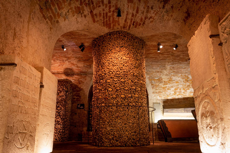 Het ossuarium van de kerk St James in Brno: een crypte gevuld met mensenlijke botten, die in patronen liggen