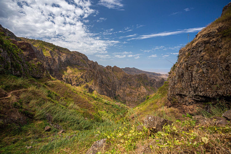 Uitzicht over de bergen op het eiland Santiago in Parque Natural Serra Malagueta.