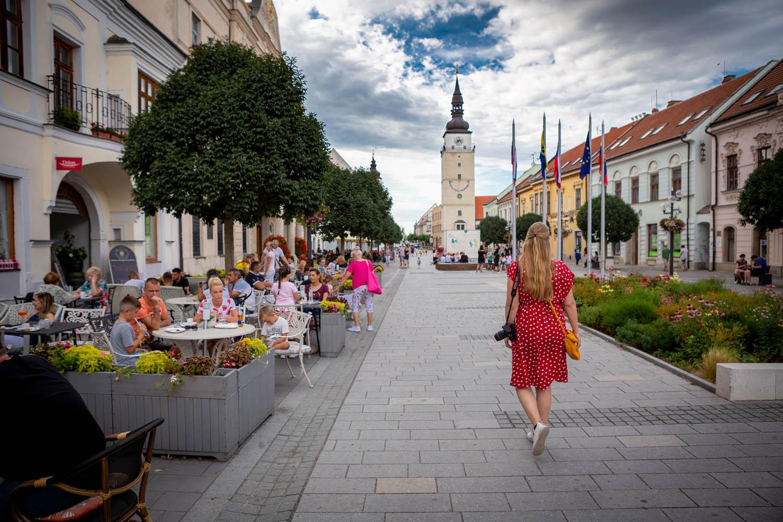 Manouk wandelt door de straten van Trnava langs terrasjes richting de toren