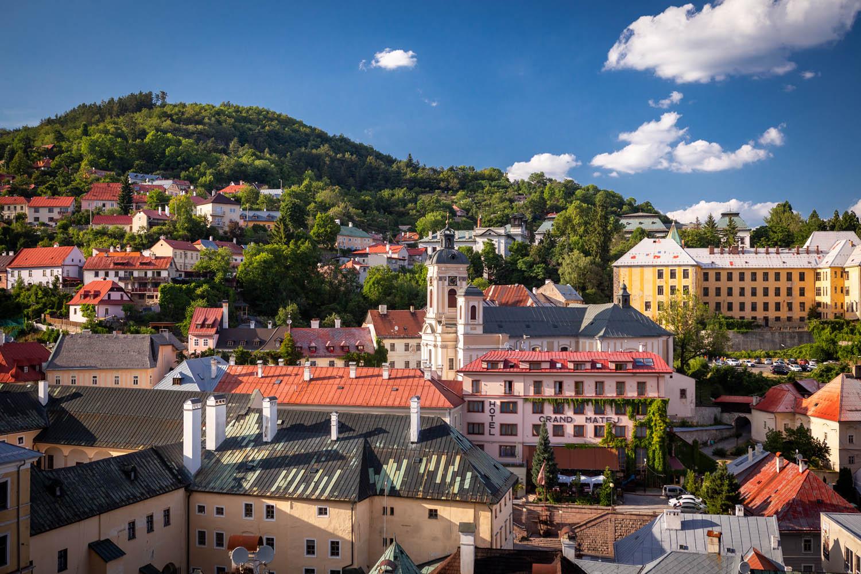 Uitzicht over het heuvelachtige Banská Štiavnica