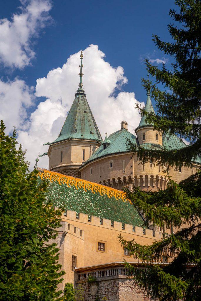 Het sprookjesachtige kasteel van Bojnice met groene daken en veel torentjes.