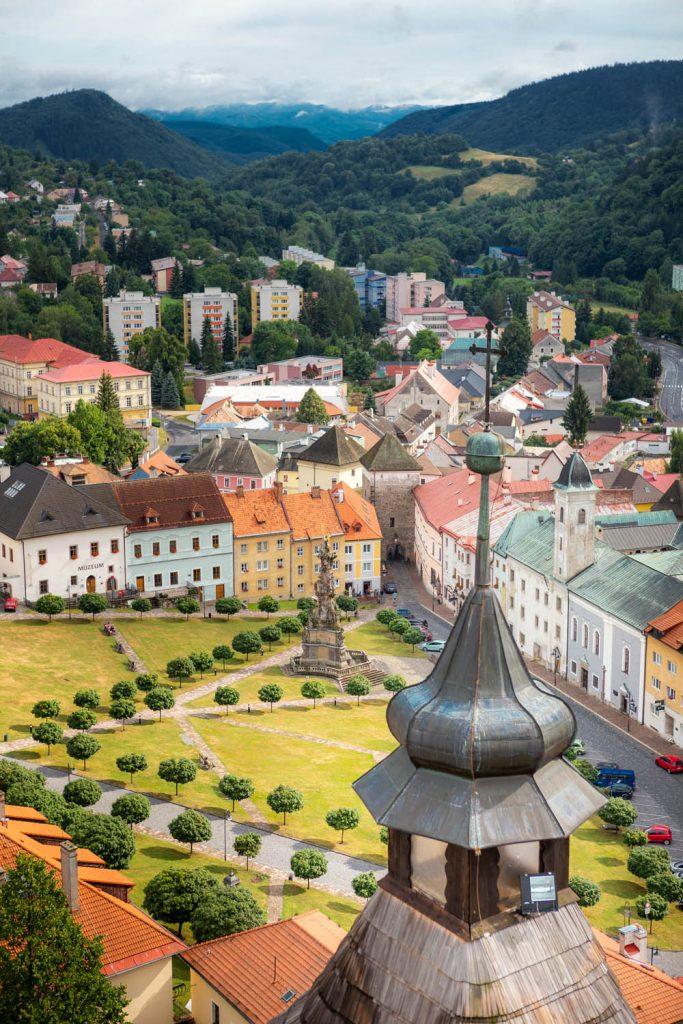 Het pleintje van Kremnica en de bossen erachter gezien vanaf het kasteel
