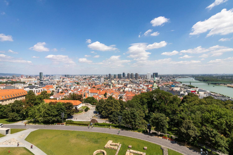 Uitzicht over de stad Bratislava vanaf bovenop het kasteel op de berg.