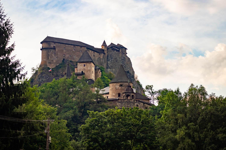 Het kasteel van Orava , hoog op de berg, omringd door bomen