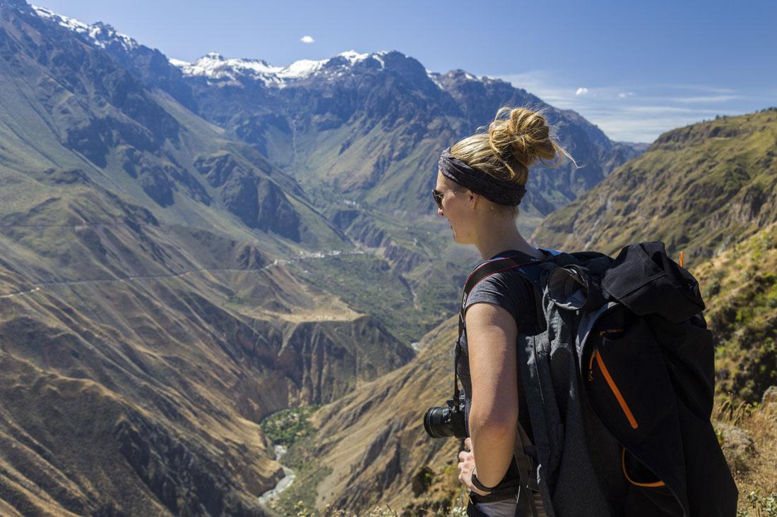 Manouk met rugzak kijkt uit over de kloof Colca Canyon