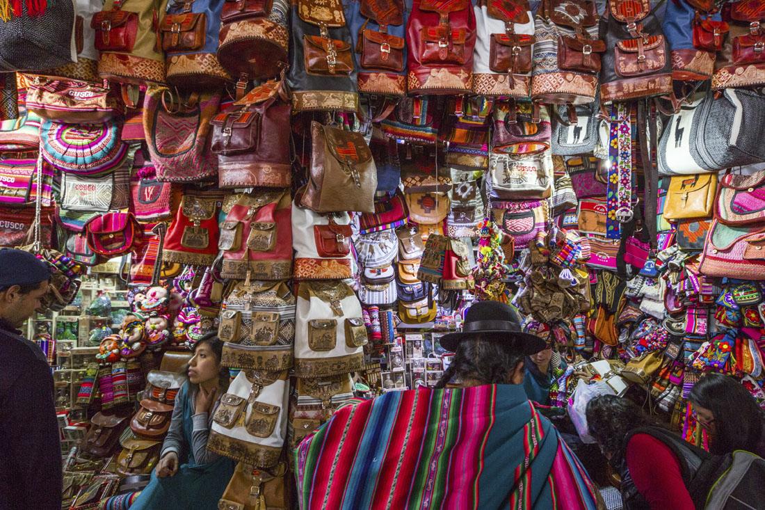 Kleurrijke souvenirs voor toeristen op de markt in Cusco in Peru