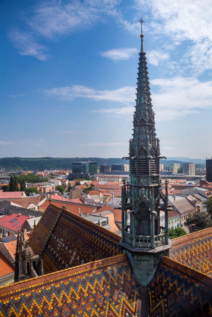 Toren van de indrukwekkende kathedraal van Kosice met erachter uitzicht op de stad.