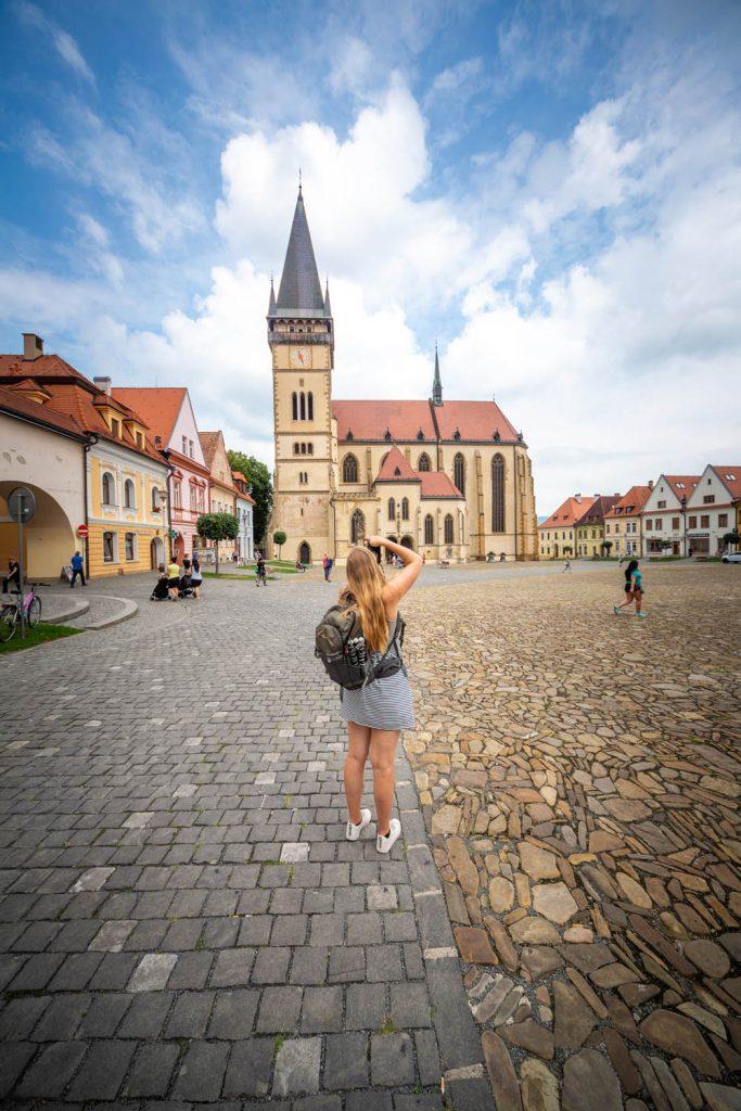 Manouk maakt een foto van de kerk op het centrale plein van Bardejov in Slowakije