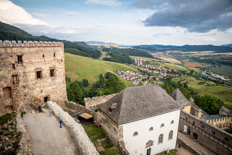 Kasteel van Stará Ľubovňa met uitzicht op het dal erachter