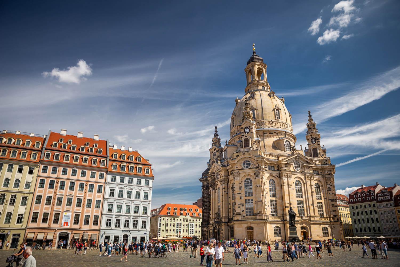 De Vrouwenkerk op het plein in Dresden met blauwe wolkenlucht