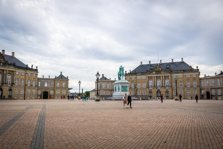 Het plein met standbeeld van paleis Amalienborg in Kopenhagen