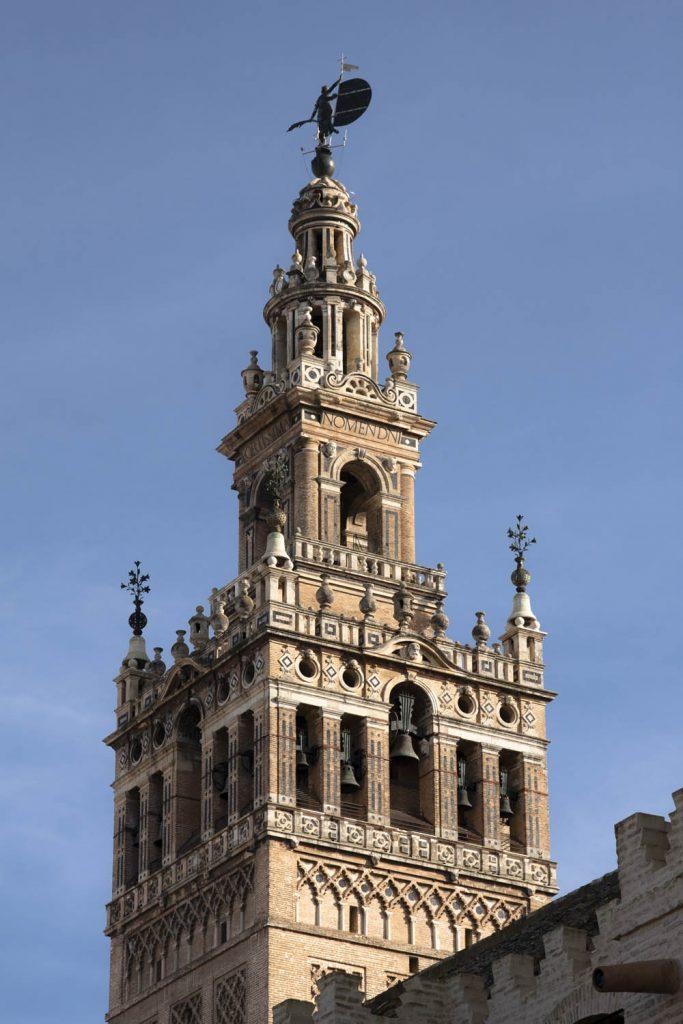 De bovenzijde van toren Giralda met bovenop standbeeld El Giraldillo