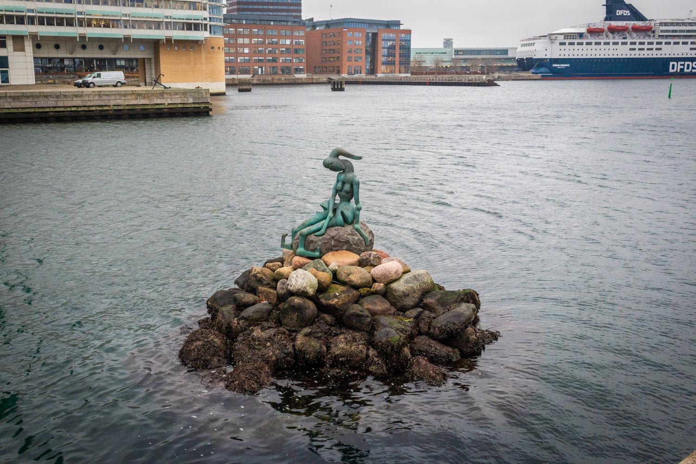 Den Genetisk Modificerede Lille Havfrue: de genetisch gemodificeerde zeemeermin, een standbeeld in Kopenhagen in het water