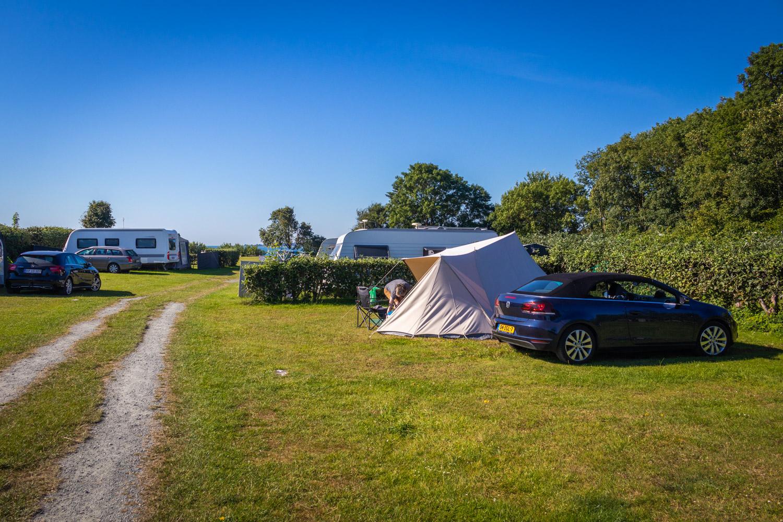 De Waard tent en donkerblauwe cabrio op een camping in Denemarken