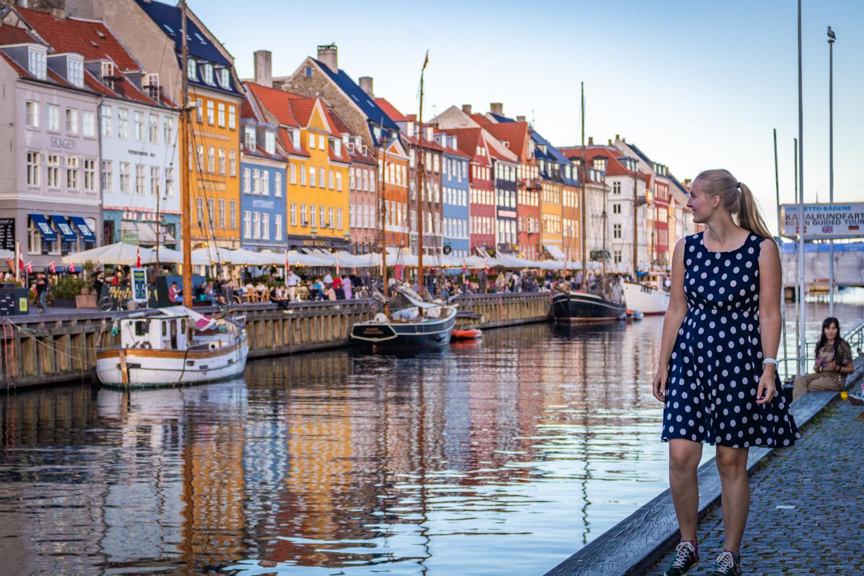 Manouk loopt langs de kade van Nyhavn met aan de overzijde de typische gekleurde huisjes