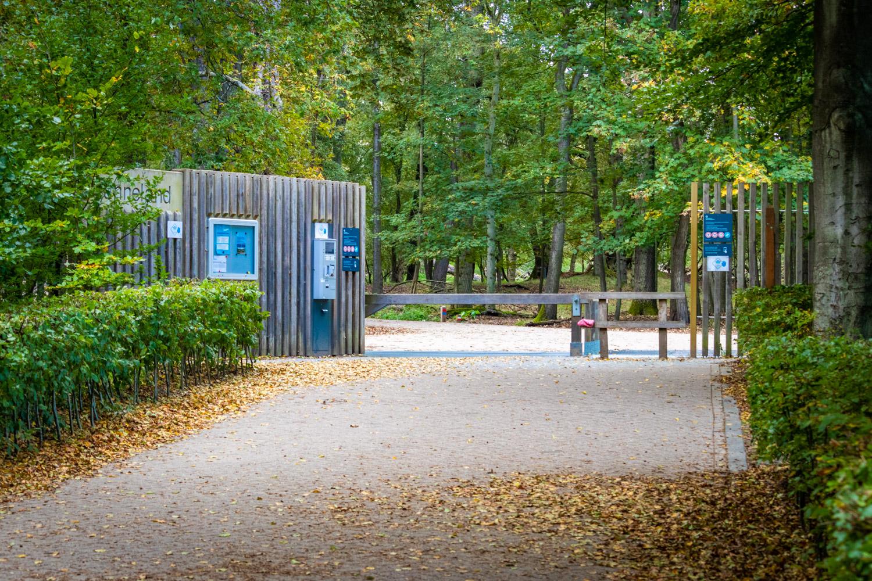 Ingang Panneland in de Amsterdamse Waterleidingduinen met bomen en automaten