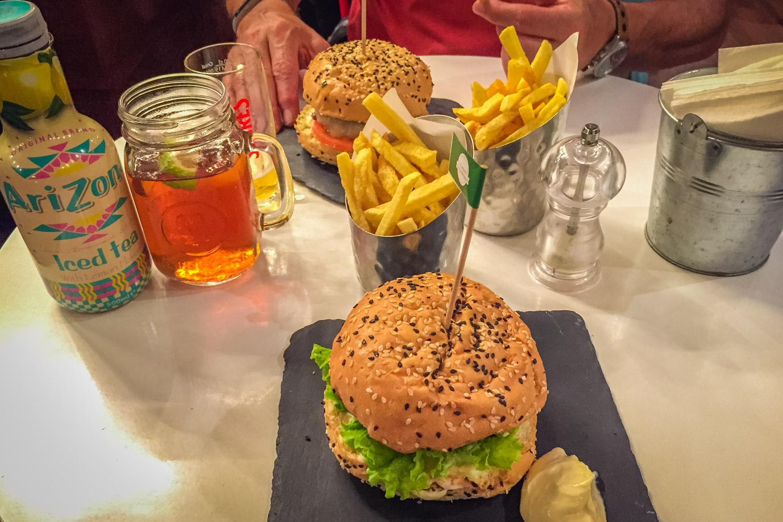 Hamburgers en frietjes in restaurant in Lissabon A Cultura do Hambúrguer