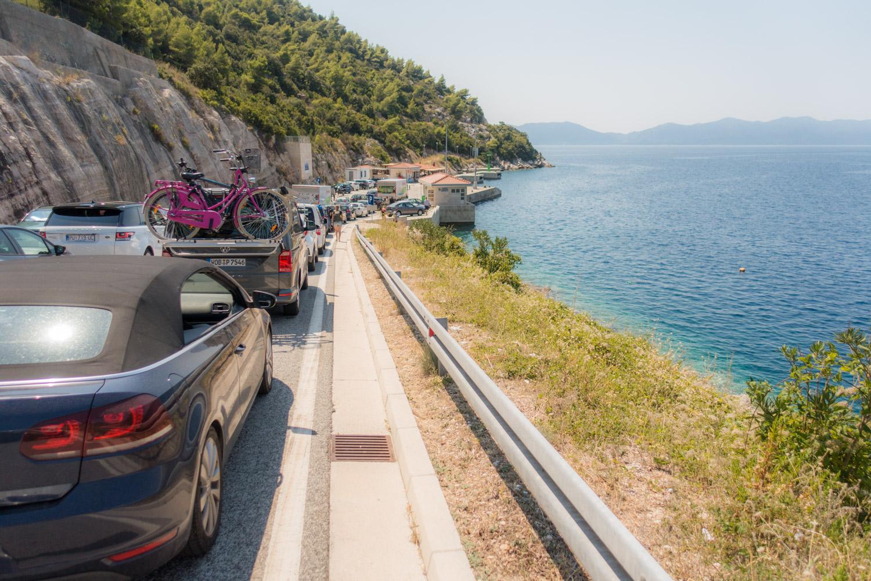 RIj met auto's wacht op de ferry naar Mljet in Prapratno